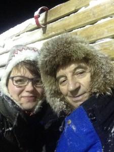Onkel Aslak /Káre Jon Áilu med Ellen Cecilie i reingjerdet i Karasjok.