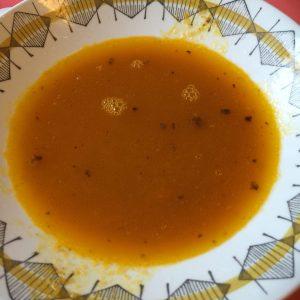 Suppe av fermentert gulrot og ingefær lagd med reinkjøttkraft.
